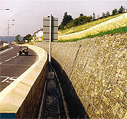Gabion támfal egy autóút mellett